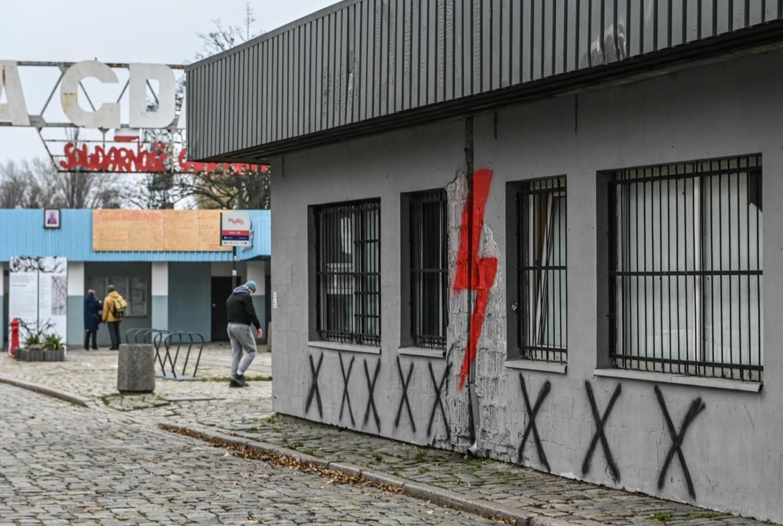 Na elewacji budynku stojącego po sąsiedzku z Bramą nr 2 oraz Pomnikiem Poległych Stoczniowców, w którym od lat funkcjonuje klub muzyczny Wydział Remontowy, pojawiły się sporych rozmiarów symbole Ogólnopolskiego Strajku Kobiet
