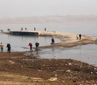Spod wody wyłoniły się ruiny zalanej miejscowości [ZDJĘCIA I FILM NaM]