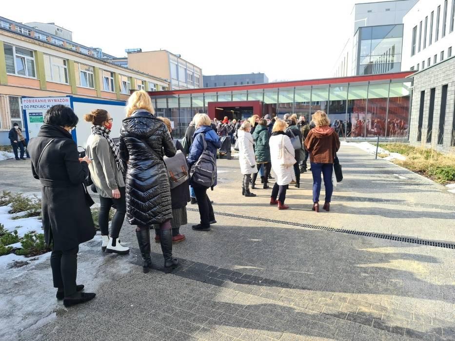 W takich warunkach odbywają się szczepienie nauczycieli w szpitalu na Bielanach w Toruniu