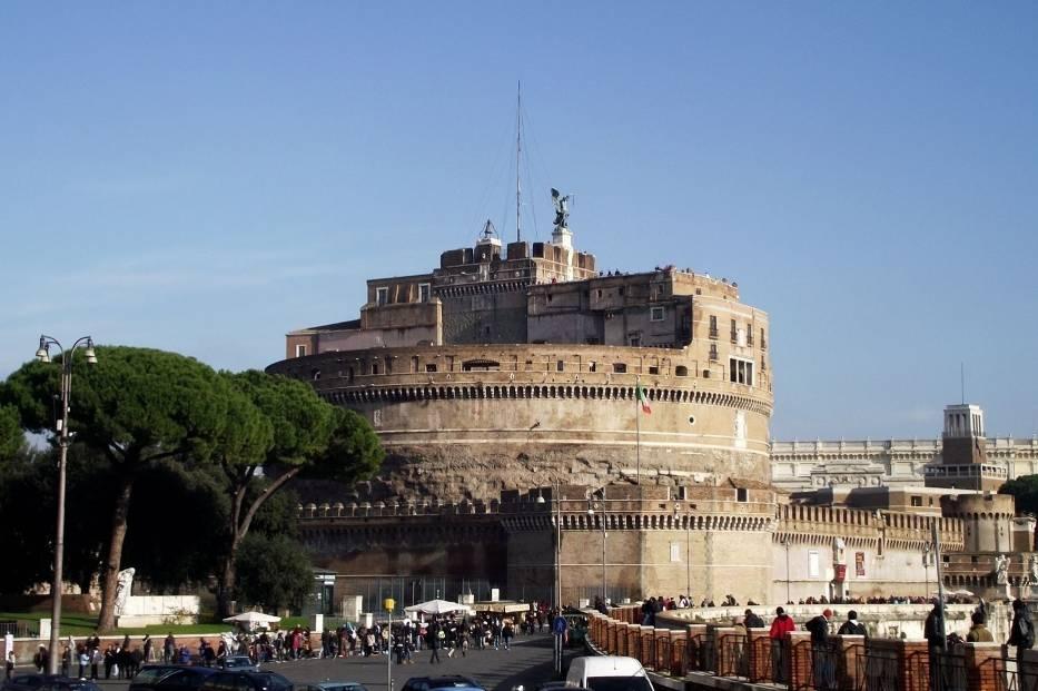Na lewym brzegu Tybru, w pobliżu Watykanu wznosi się Zamek Świętego Anioła (Castel Sant'Angelo)