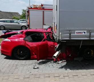 Porsche wbiło się w tył TIR-a - koszmarny wypadek na parkingu przy DK1 w Podwarpiu [AKTUALIZACJA]
