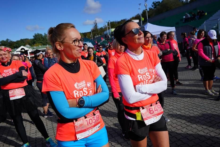 Ponad 1600 kobiet w pomarańczowych koszulkach w samo południe wystartowało w niedzielę w Biegu Kobiet ANITA Zawsze Pier(w)si, który odbył się nad Jeziorem Maltańskim