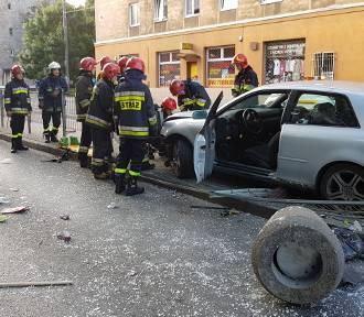Samochód wjechał w przystanek na Limanowskiego. Ciężko ranna kobieta [ZDJĘCIA, FILM]