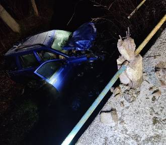 Wypadek w Stowięcinie. Samochód spadł z mostu [zdjęcia]