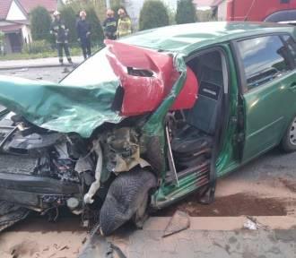"""Po zderzeniu ciężarówki z osobówką na krajowej """"9"""". Dwie osoby w szpitalu"""