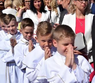 Parafia Świętej Rodziny w Pile. Dzieci w albach przyjęły sakrament! [ZOBACZ ZDJĘCIA]