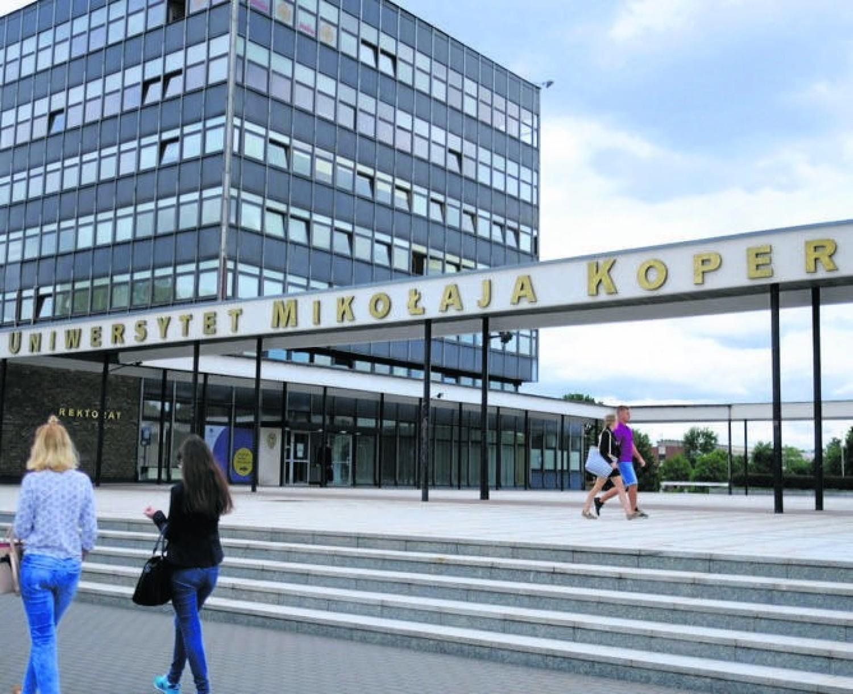Kujawsko-Pomorska Lista Płac 2020. Tak płacą na UMK w Toruniu. Od sprzątaczki do profesora [najnowsze stawki]