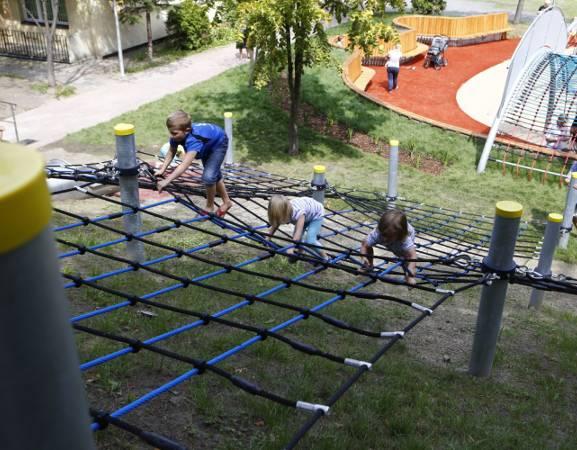 Warszawska Strefa Rodziny. Teraz dzieciaki mogą szaleć na nowym placu zabaw na Podzamczu [ZDJĘCIA]