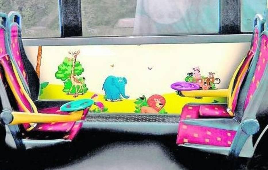 """W """"kąciku dla dzieci"""" najmłodsi pasażerowie byliby bezpieczni – przy fotelikach są pasy"""