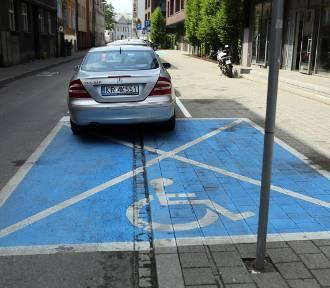"""Kraków. Po """"słupkozie"""", teraz czas na """"kopertozę"""". Dalsze zmiany w strefie płatnego parkowania"""