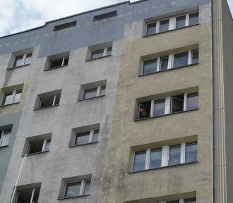 Pożar w bloku przy al. Wyszyńskiego w Łodzi. Ranny mężczyzna [ZDJĘCIA]