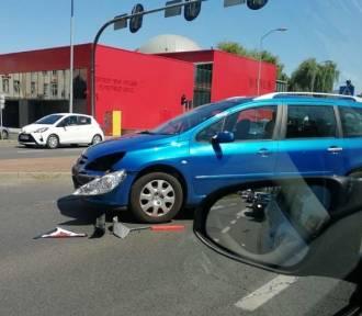 Wypadek na skrzyżowaniu. Citroen zderzył się z peugeotem