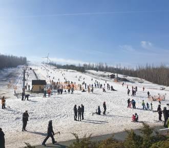 Tłumy na Górze Kamieńsk. Zobacz ile ludzi! Czy to już koniec sezonu? ZDJĘCIA