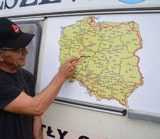 Ciągnikiem jedzie wzdłuż granic Polski FOTO