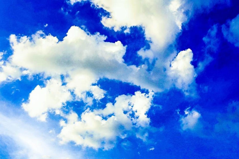 Pogoda - błękitne niebo z chmurami
