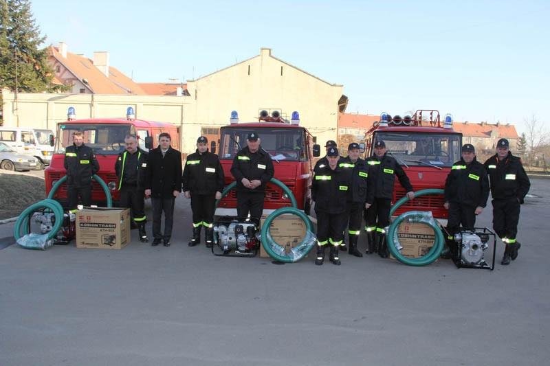 Strażacy reprezentujący jednostki OSP w Zawadzie, Stradomi i Drołtowicach wraz z przekazanym im sprzętem o wartości 17 000 zł