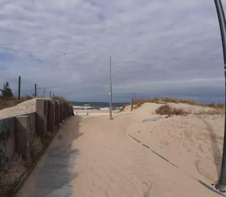 Wietrznie na plaży w Świnoujściu. Pokaźne zaspy na wejściach