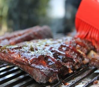 QUIZ. Umiesz rozkręcić dobrą imprezę? Sprawdź, co wiesz o grillowaniu!