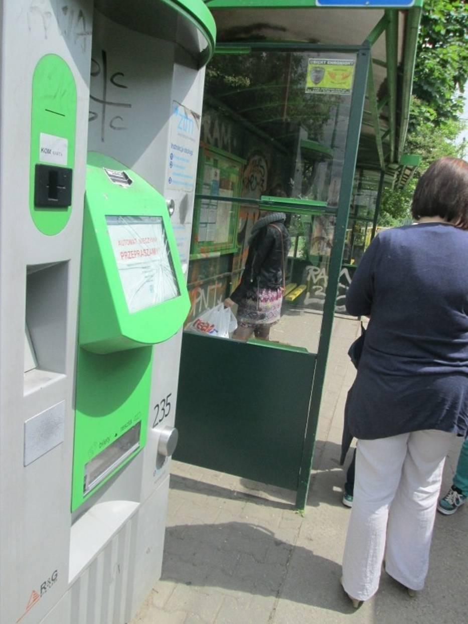 Wandale zniszczyli biletomat