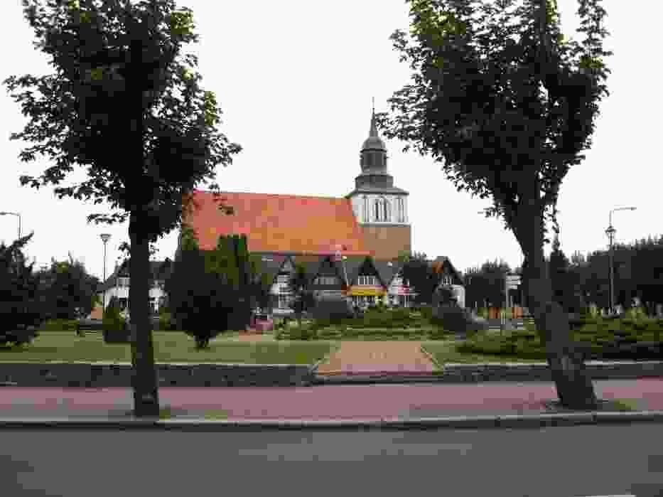 Małe centrum miasteczka jest idealnym miejscem dla spacerowiczów, chcących odpocząć w otoczeniu zieleni