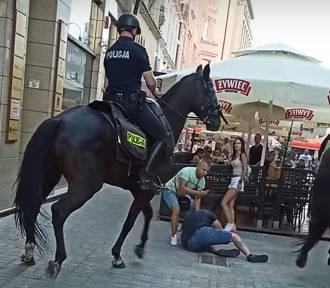 Policyjny koń niemal staranował mężczyznę w centrum Katowic. Co tam się stało?