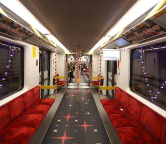 Świąteczne metro w Warszawie 2019. Kolorowe pociągi ponownie wyjechały na trasę. Zobaczcie,