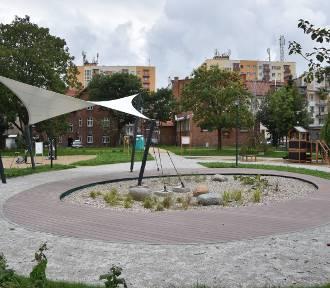 Podwórka w Śródmieściu jeszcze nie są gotowe, a już ktoś je niszczy