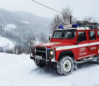 Strażacy dowieźli medyków w góry Beskidu Sądeckiego i zwieźli pacjenta do karetki
