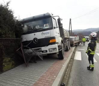 Barcice wypadek. Ciężarówka uderzyła w ogrodzenie posesji