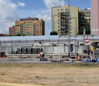 Budowa nowego marketu w Legnicy, zmiany na ulicy Sikorskiego [ZDJĘCIA]