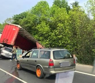 Kierowca ciężarówki zginął w zderzeniu z osobówką na DK86