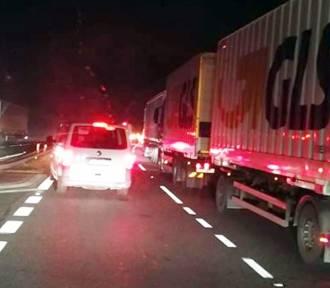 Wypadek na DK1: ciężarówka wjechała w barierki