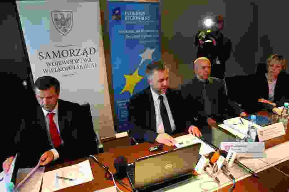 Wielkopolski Regionalny Program Operacyjny w wersji papierowej został podpisany, a kilka chwil później elektroniczną kopię wysłano mailem do Brukseli
