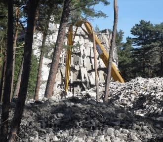 Dawny budynek LOT w Ustce coraz mniejszy. Postęp wyburzeń [ZDJĘCIA]