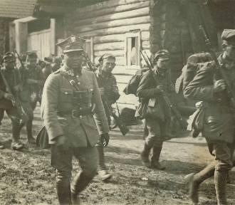 """Wystawa plenerowa """"Wielkopolanie na wojnie z bolszewikami 1919-1920"""" na krotoszyńskim Rynku"""
