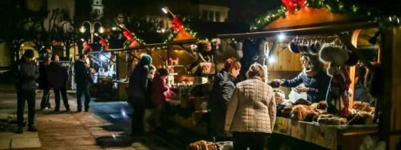 Święta coraz bliżej, a to oznacza, że w stolicy zaczynają pojawiać się Jarmarki Bożonarodzeniowe, na których można m.in. spróbować tradycyjnych potraw, napić się grzańca czy kupić oryginalny prezent. Inauguracja jednego z najpopularniejszych targów świątecznych - na warszawskiej Starówce - nastąpi już w najbliższą sobotę. - Grzane wino, pyszne jedzenie, świąteczne dekoracje i magiczna atmosfera to tylko niektóre z atrakcji, jakie czekać na Was będą na Warszawskim Jarmarku Bożonarodzeniowym - zachęcają twórcy jarmarku.  [b]Sobota, 23 listopada Rynek Starego Miasta Wstęp wolny[/b]