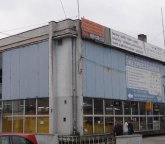 """Szpecący centrum Poddębic """"Handlowiec"""" idzie do rozbiórki. Kiedy obiekt zniknie? FOTO"""
