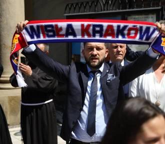 Wisła Kraków rozpoczęła świętowanie jubileuszu. Msza w Mariackim, śpiewy na Rynku