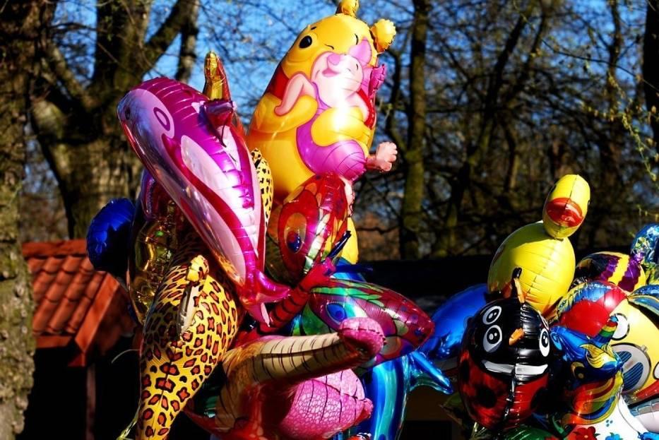 Przed wejściem do ZOO najmłodsi mogą kupić z rodzicami baloniki