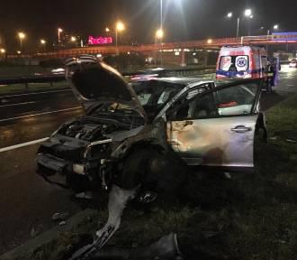 Katowice: Wypadek na DTŚ, na wysokości salonu Mazak [ZDJĘCIA]. Samochód wjechał w barierki, jedna