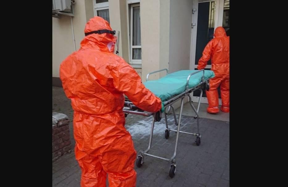O tym, że na oddziale są osoby zakażone koronawirusem personel dowiedział się, gdy dwóm pacjentom, którzy mieli być przewiezieni na leczenie do innych placówek wykonano testy w kierunku koronawirusa