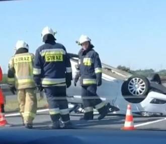 Groźny wypadek na autostradzie A4. Samochód dachował i zablokowal przejazd