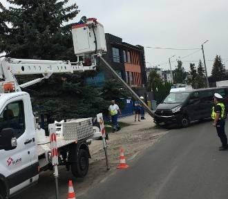 Wrocław: Samochód wjechał w słup. Dwie ulice bez prądu