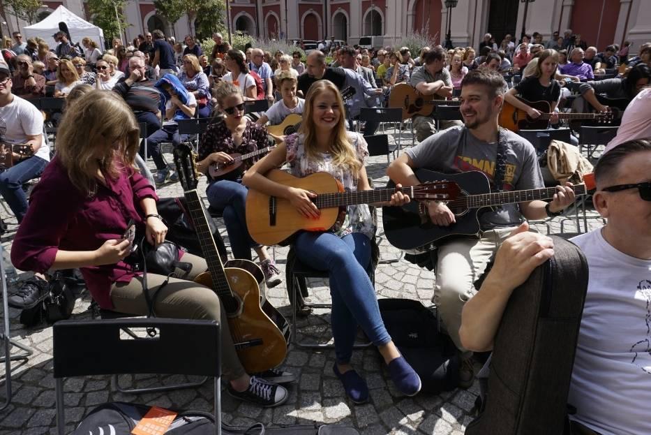 """Uczestnicy gitarowego happeningu wykonają jeden z wielkich przebojów Kayah i Bregovicia """"Prawy do lewego"""""""