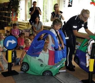 Policja... u przedszkolaków. Bezpieczne wakacje w buskiej bibliotece [ZDJĘCIA]