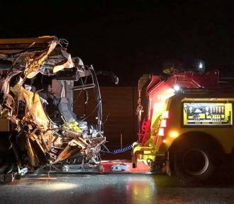 Wypadek niedaleko Torunia z udziałem autobusu i ciężarówek. Jedna osoba nie żyje!