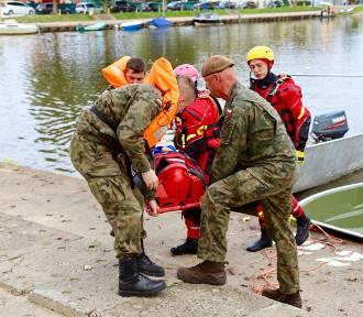 Biały szkwał na jeziorze Resko Przymorskie. Ćwiczenia WOT, WOPR, strażaków i policji
