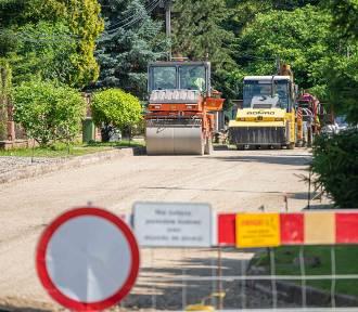 Ulica Kochanowskiego będzie jak nowa. Robotnicy kładą asfalt [ZDJĘCIA]