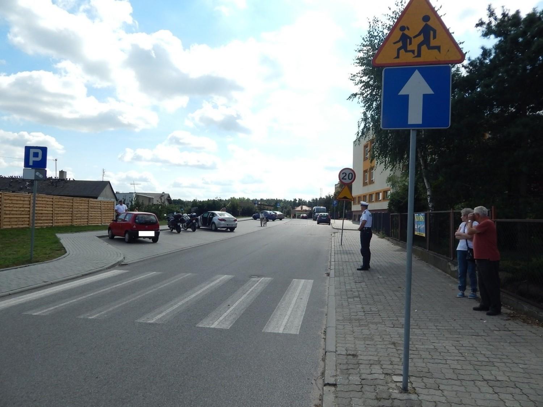 Policjanci sprawdzają oznakowanie wokół szkół w powiecie radziejowskim