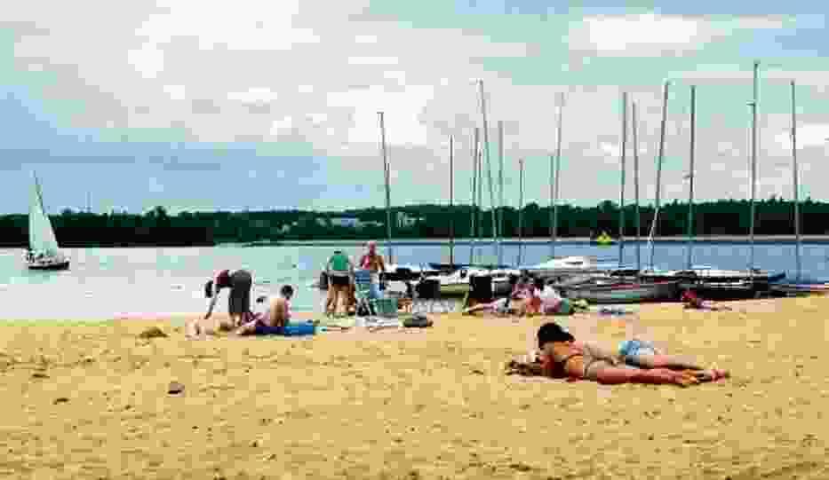 Parę kilometrów od miasta można wypocząć na piaszczystej plaży